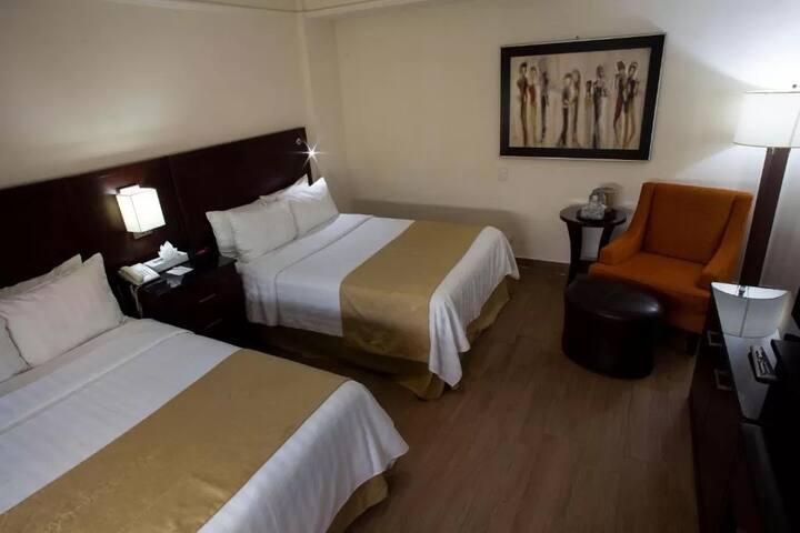 Cuarto de hotel cómodo y con espacio para trabajar
