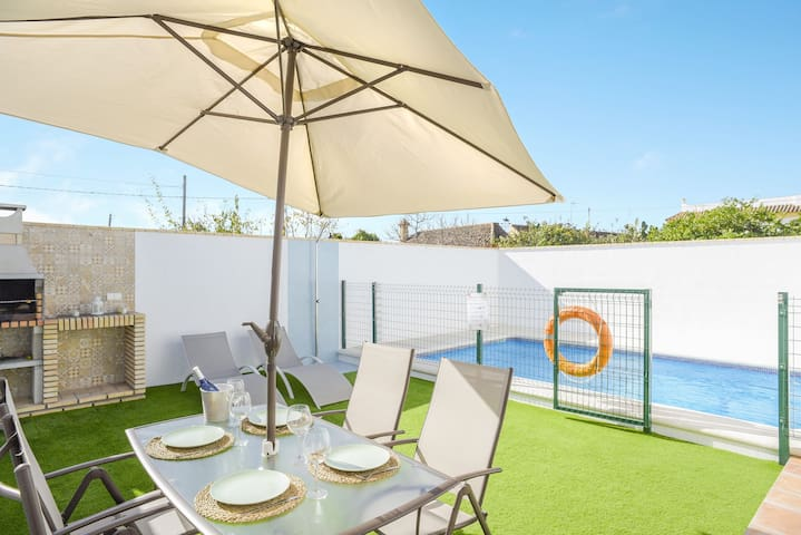 La Casita del Jardin - Charming Holiday Home with Wi-Fi, Garden, Terrace & Pool; Parking Available