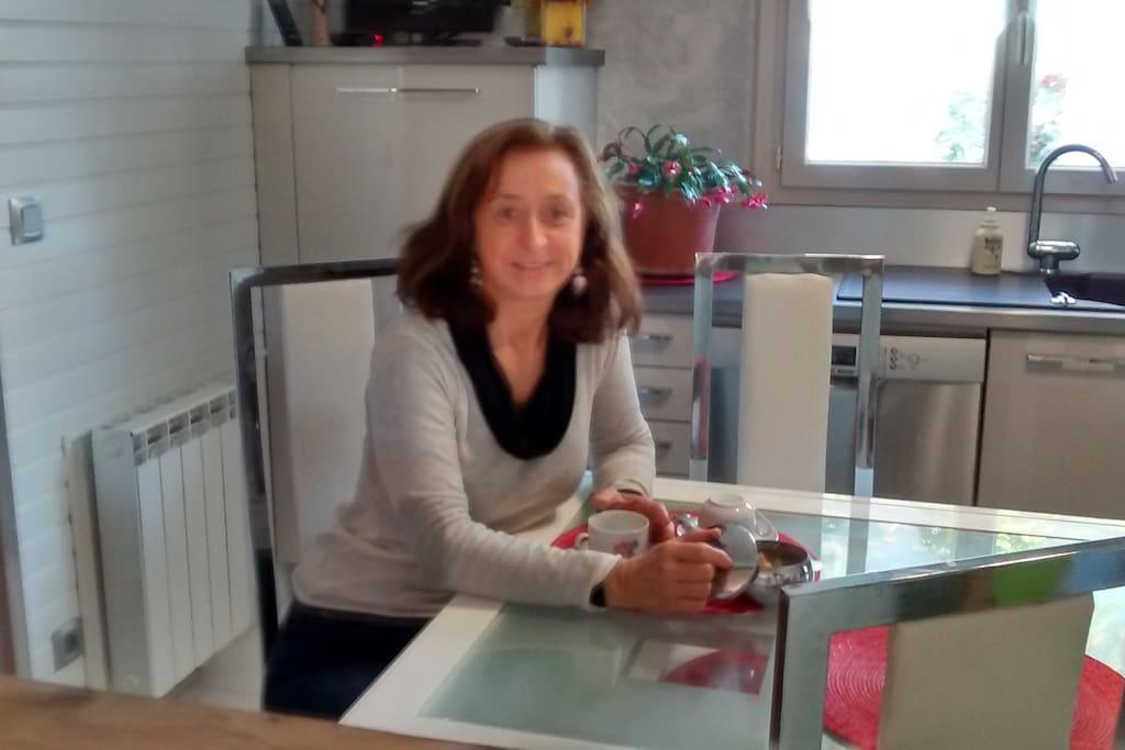 accueil d'une touriste dans la cuisine