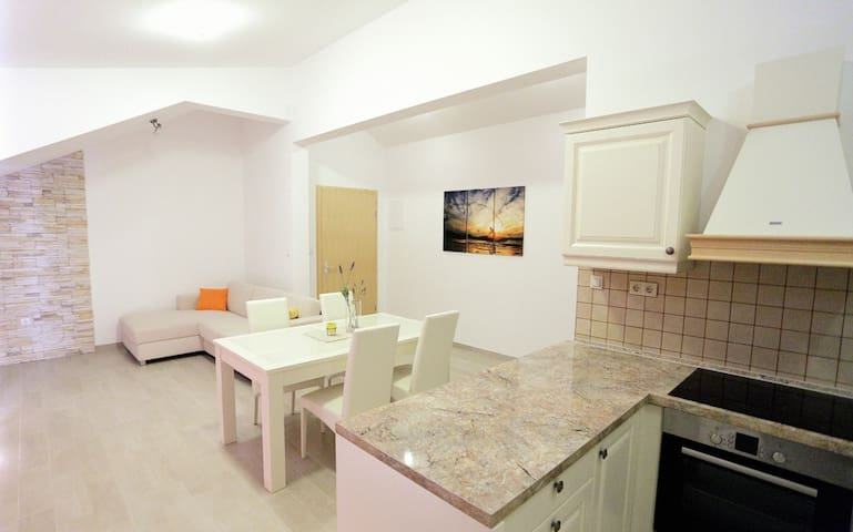 Cosy rustical apartment near beach - Omiš - Pis