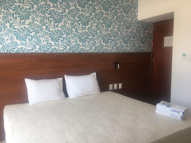 Amplia habitación a media cuadra de la playa!