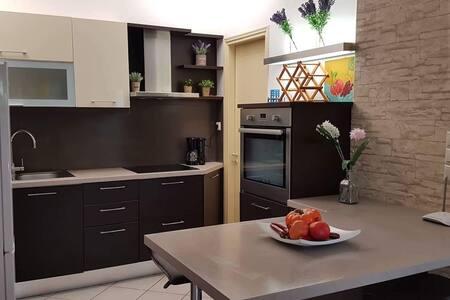 Καινούριο και ευρύχωρο διαμέρισμα 2 δωματίων .