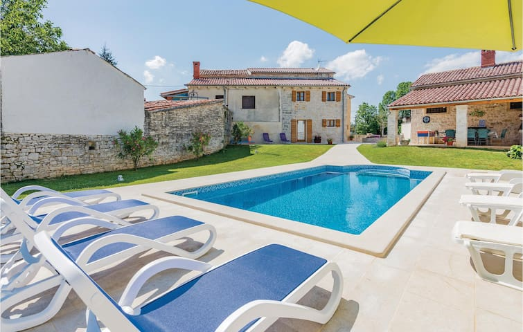 Holiday cottage with 5 bedrooms on 227 m²