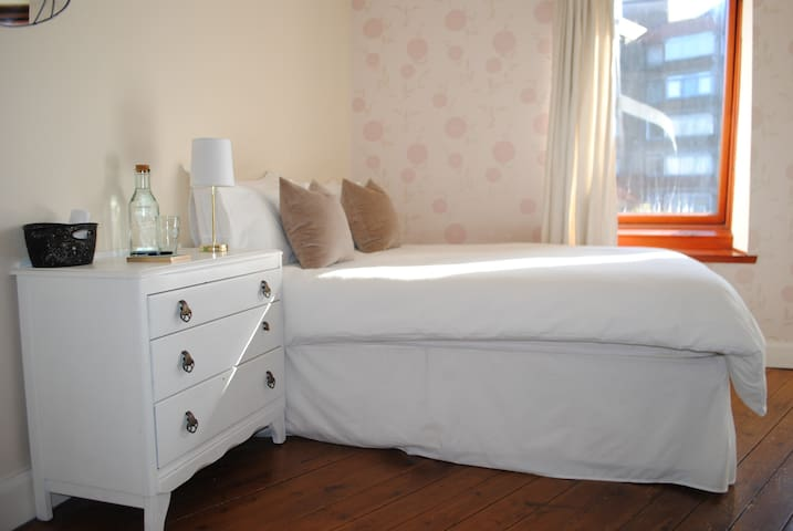 Bright Double Room 10 min from City - Glasgow
