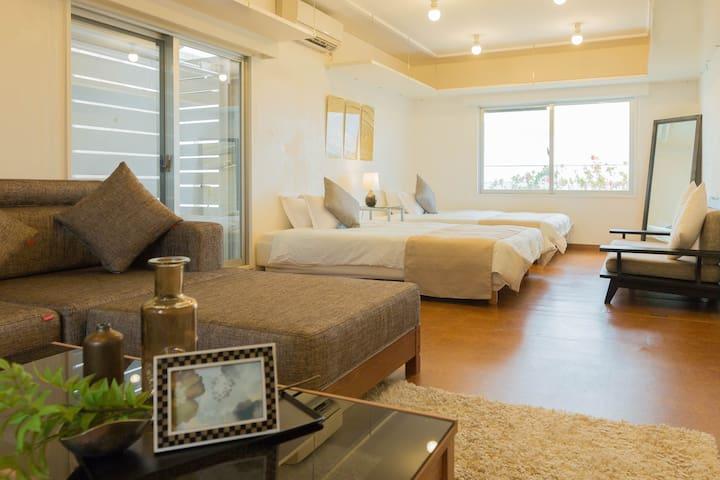 ベッドルーム①/Bedroom #1 w/ comfy sofa