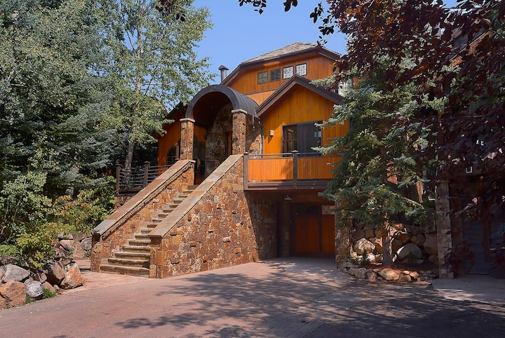 Great ski/summer house, walk to town! 4 King/5bath