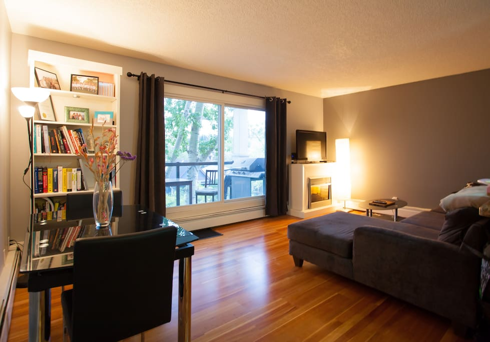 Private guest room in apartment near downtown core for Best private dining rooms calgary