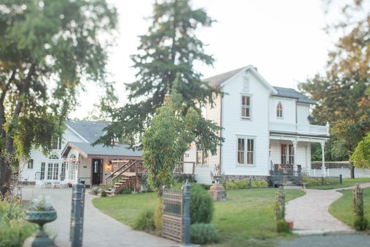 SSS Ranch Grand Victorian 3 Miles from Calistoga