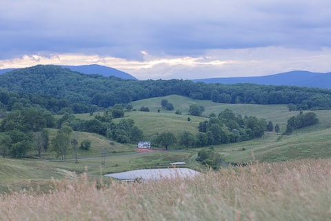 Spectacular Mountain Views @ Clover Hill Cottage