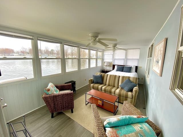 Sun room with queen bed