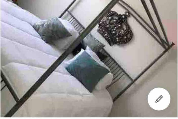 ⭐️DJ's Room⭐️ Private bathroom, King Bed, Work space