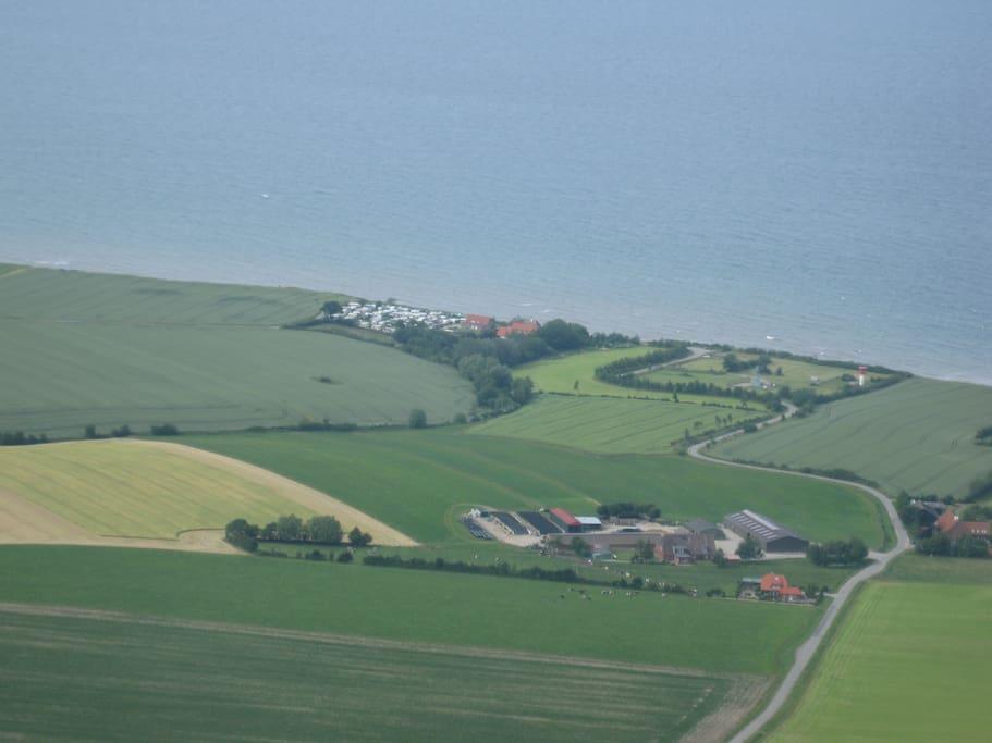 Direkt an der Ostseeküste liegt die ehemalige Fischerstelle Hubertsberg. Die Ferienwohnung Hühnergott befindet sich auf der rechten Seite des Gebäudes Hubertsberg 2. Hier lässt sich die Ostsee in exponierter Lage genießen.