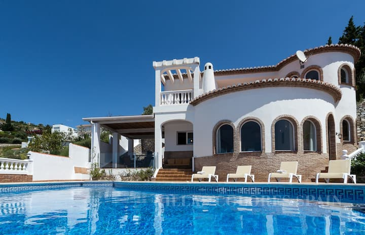 Villa Amani with private heated pool and seaview