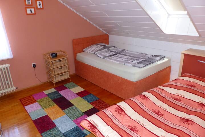 Schlafzimmer 2 - großes Einzelbett