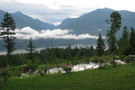 Private Room with Lake & Mtn. View - Kaslo - Bed & Breakfast
