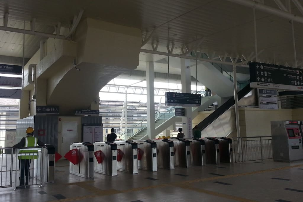 1 Mins walking to BRT station. easy access to train station all over KL & PJ