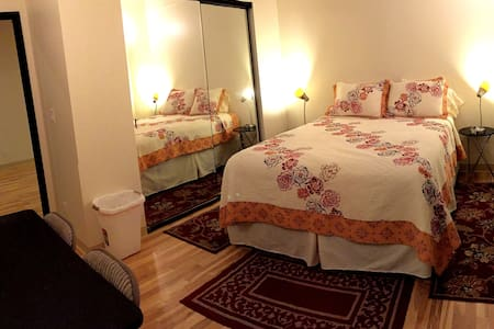 A Queen Bed w/Private Bath; Air Condition in Room - Honolulu - House