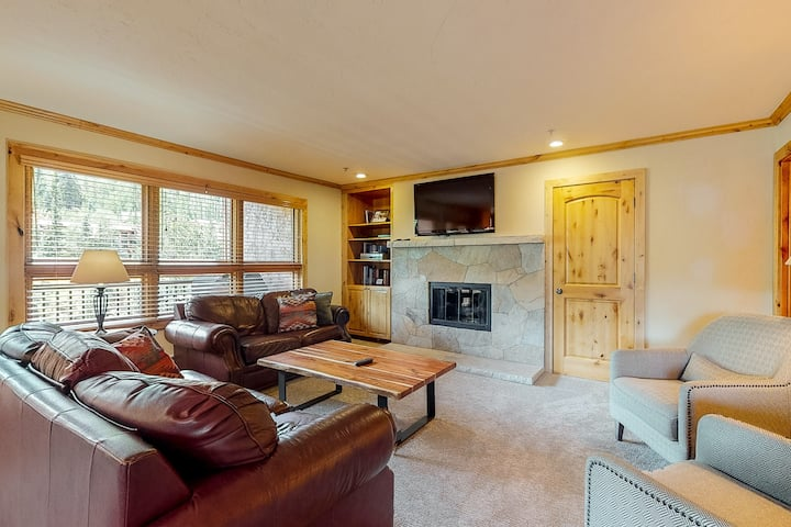 Mountain view, ski-in/out condo w/ balconies, shared hot tubs/pool/WD, fast WiFi
