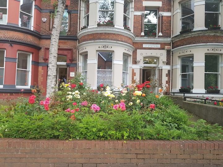 Cosy private ensuite. Pretty victorian townhouse.