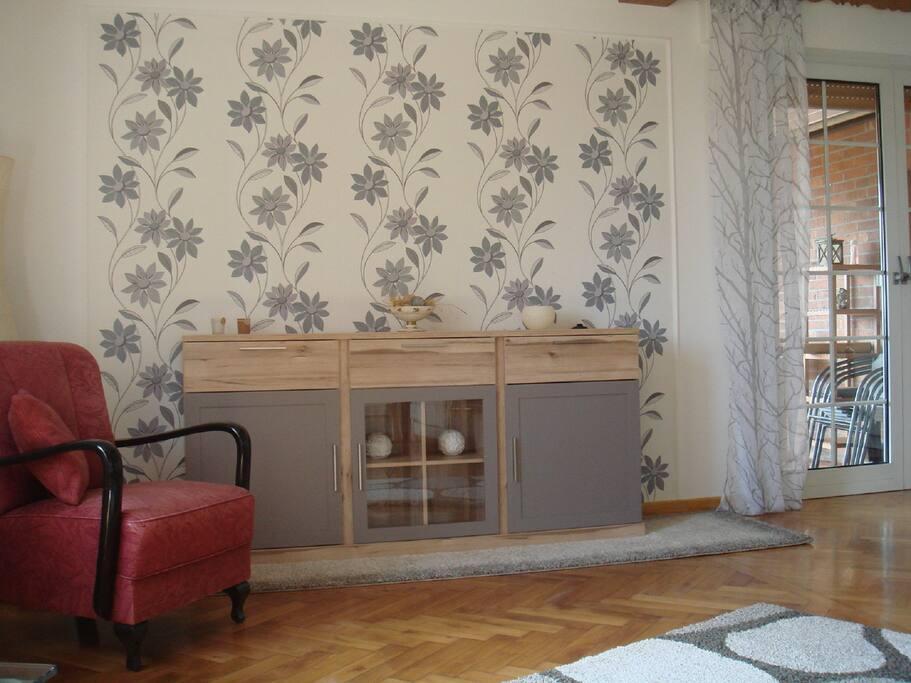 Wohnzimmer mit Zugang in den Wintergarten