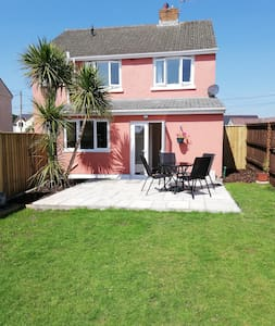 Spacious 2 bedroom flat with private sunny garden