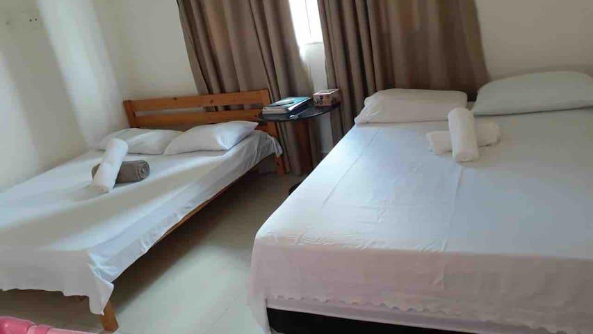 Quarto 3- suíte  Duas camas de casal, ar condicionado , berço portátil e cortina!