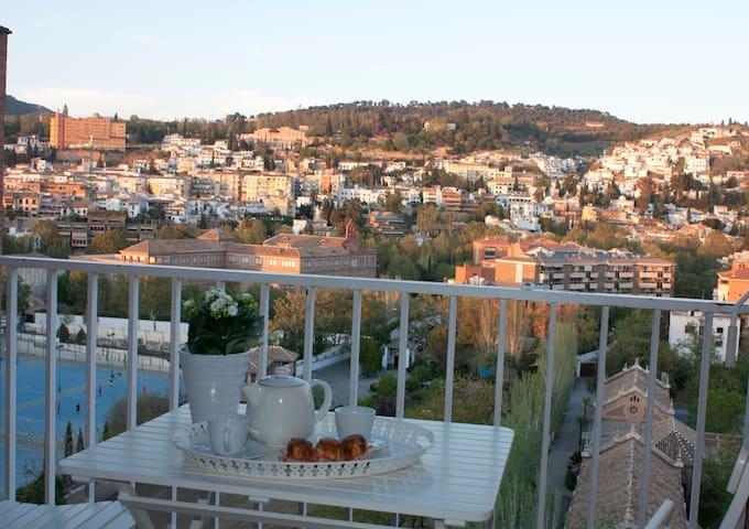 Apartamento centrico con vistas y cochera gratuita - Granada - Daire