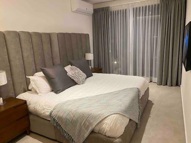 Recámara principal con cama King Size colchón Memory Foam que ayuda a conciliar mejor el sueño, lograrás un descanso cómodo y reparador. Recámara con acceso directo a terraza.