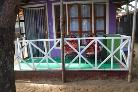 Cosy  hut in the middle of Patnem Beach