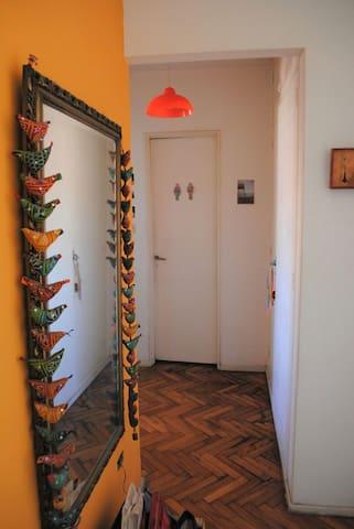 Entrada y hall distribución de cuartos