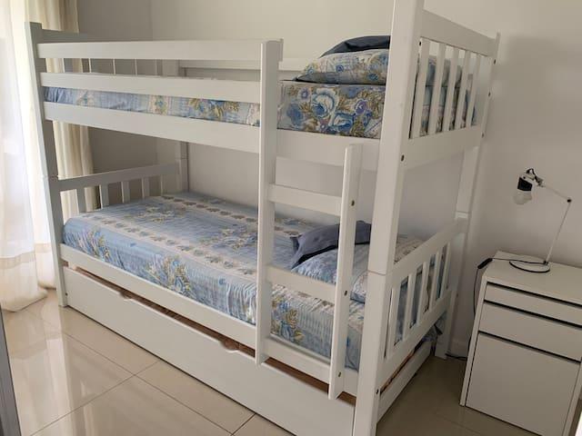 Cuarto adicional con tricama, cucheta y cama marinera.