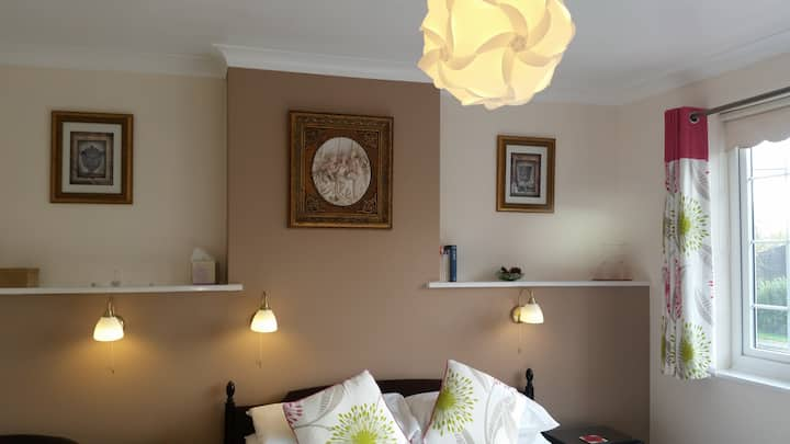 Cozy double room, walk to town, free parking&wifi