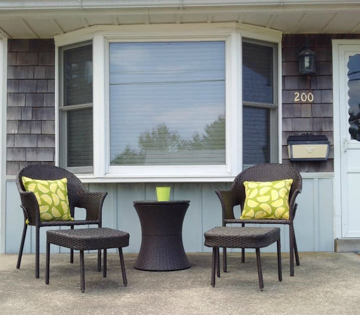 Enjoy Fall in a charming bungalow at the beach!