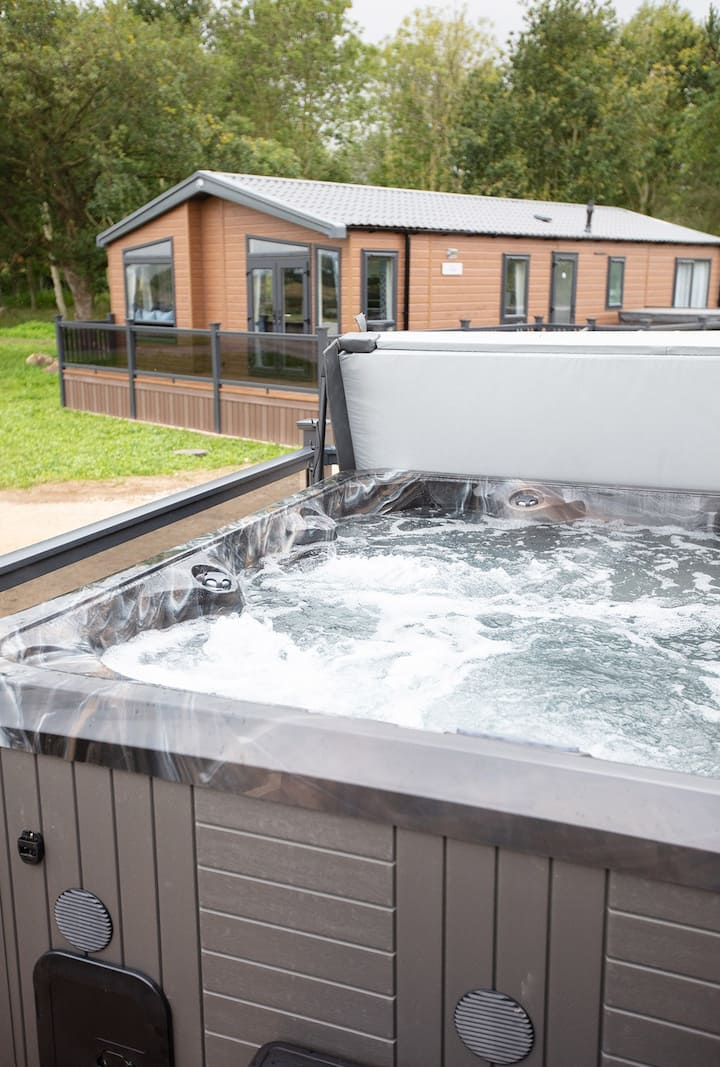 Luxury Lodge with Hot Tub