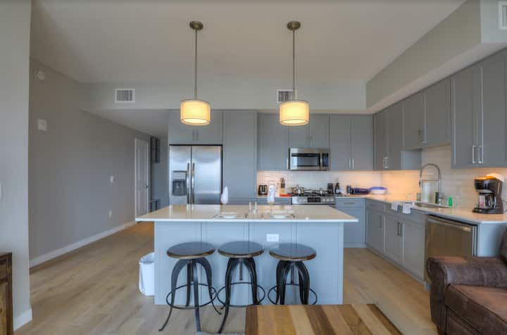 Unbeatable Luxury Gulch 1 bedroom - Parking Incl.!