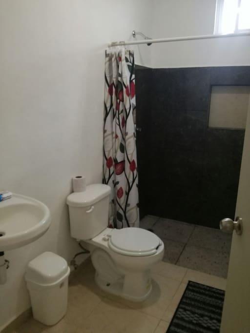 Baño, regadera y lavamanos