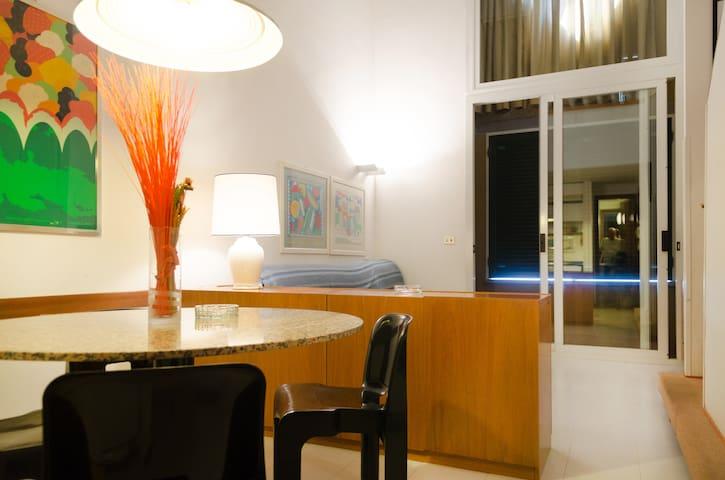 soggiorno e tavolo dal quale si può mangiare godendosi il panorama