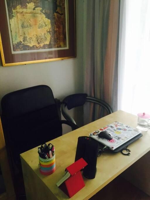 这是桌子,你可以工作学习,拽出来放在房间任何位置都行~