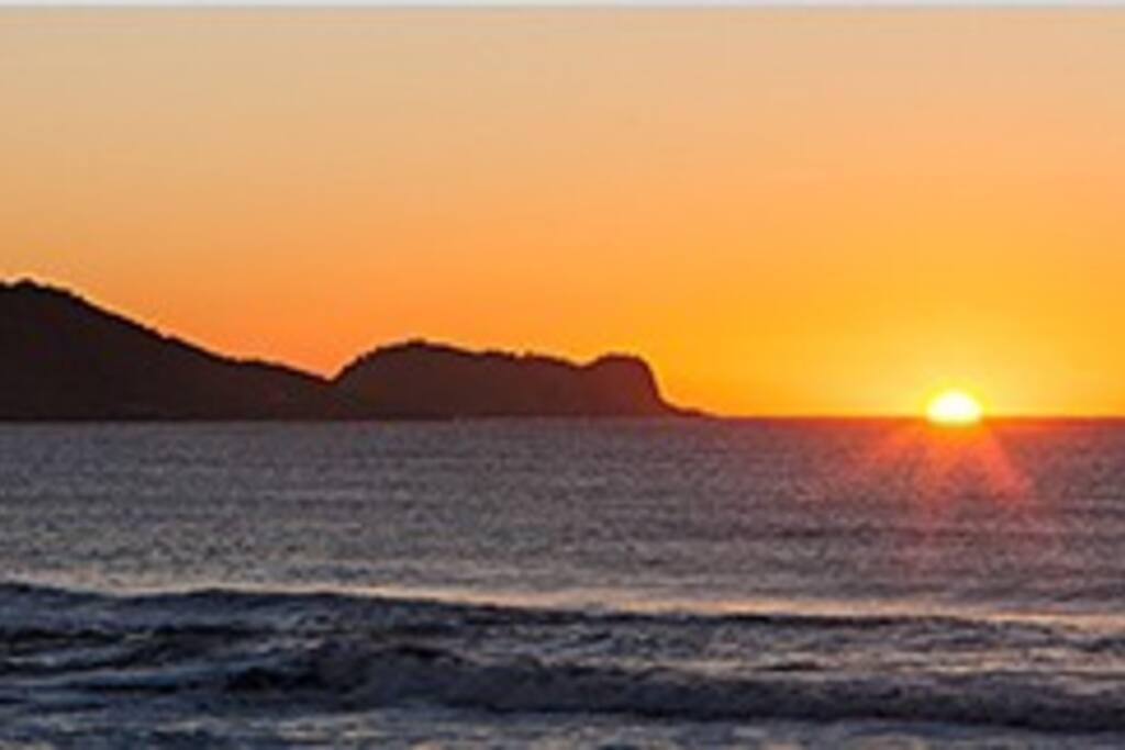 Praia final de tarde com vista para a ilha dos remédios