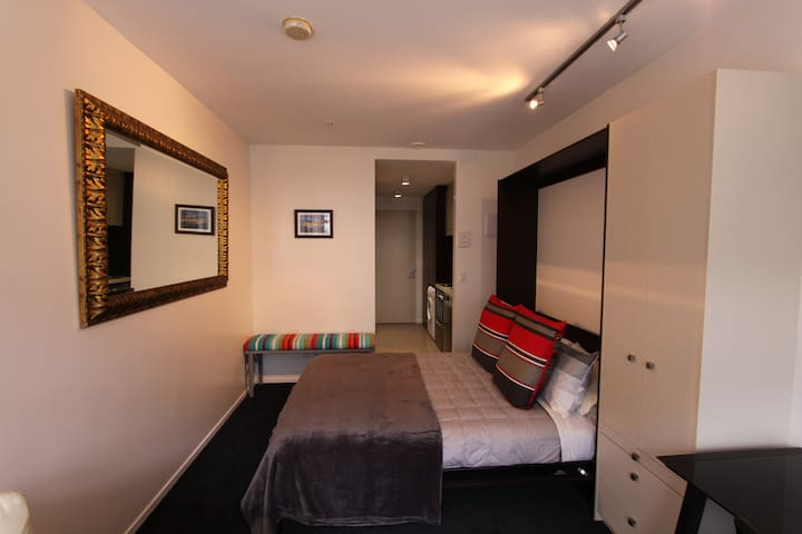 Studio space - queen sized bed, quality bed linens and soft furnishings