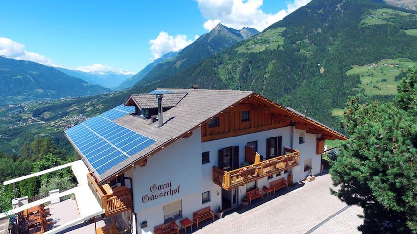 """Gasserhof """" Panoramablick auf Meran und Umgebung"""" - Scena - เซอร์วิสอพาร์ทเมนท์"""