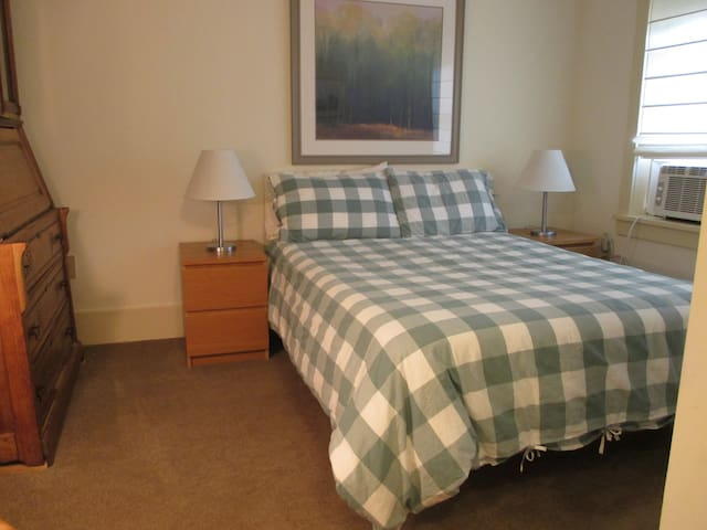 Middle bedroom w/full bed