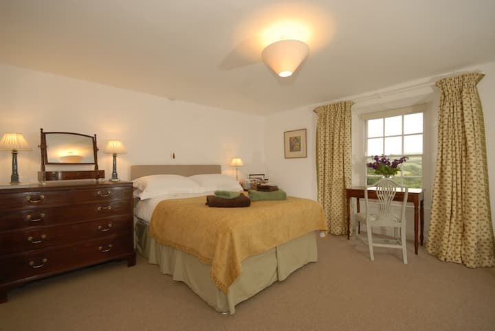 En-suite room (x bed available) minutes from Coast