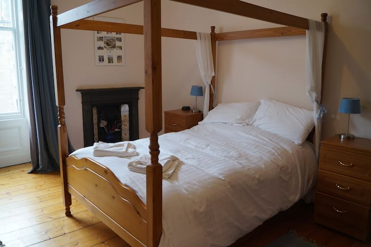 Four poster bed in main bedroom.