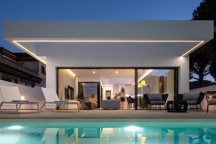 """Luxuriöse """"Manuela Sea Villa"""" mit Infinity Pool, Klimaanlage, Fitnessbereich und WLAN; Haustiere erlaubt, Parkplätze vorhanden"""
