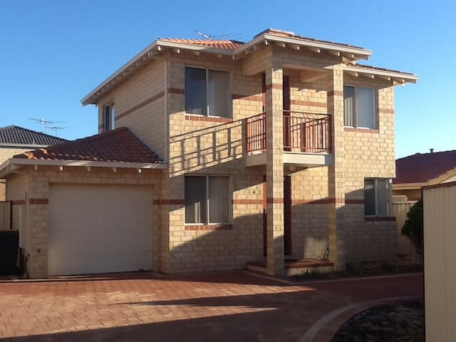 Mandurah Townhouse Fantastic Location Near Beach