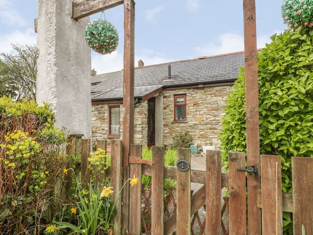 POLDARK COTTAGE, romantic, with a garden in East Taphouse, Ref 926203