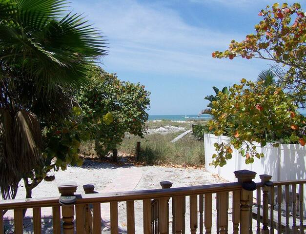 Gulf Front Traditional One Bedroom Beach Cottage - Madeira Beach - Dom