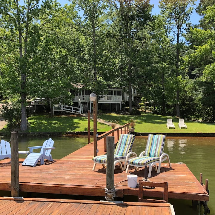 Relaxing lakefront cabin - perfect for AU football