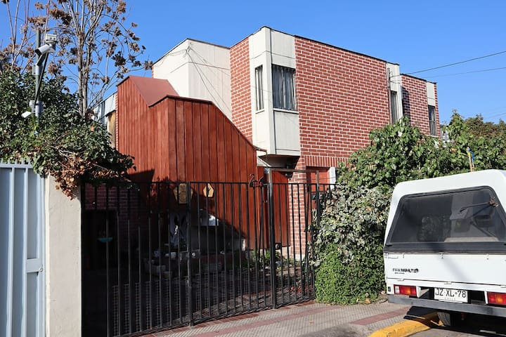 Vista exterior de la casa. El estacionamiento que se observa está disponible para huéspedes.